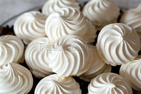 franzoesische vanille meringue kekse und kaffeebohnen