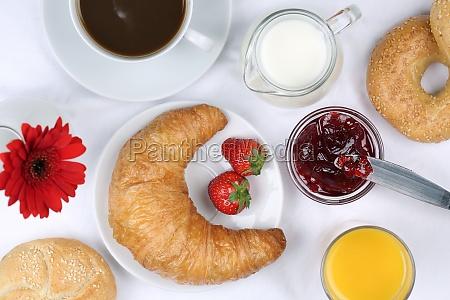 fruehstueck mit croissant kaffee und orangensaft