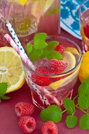 hausgemachte limonade mit himbeeren
