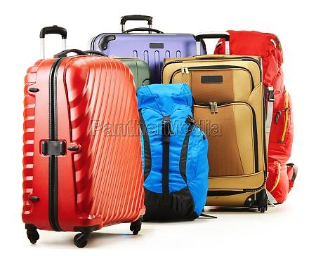 koffern und rucksaecken auf weiss isoliert