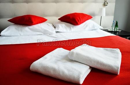 doppelbett im zimmer unterkunft