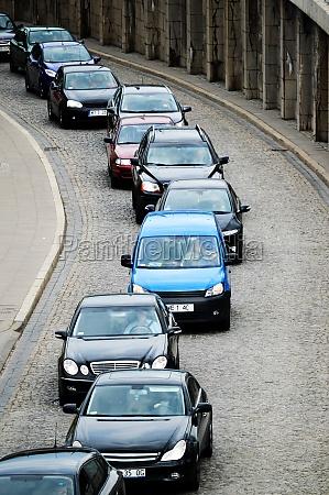 autos im stau auf der einbahnstrasse