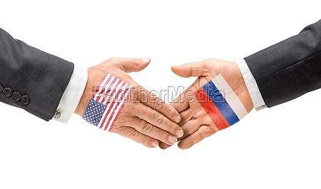 usa und russland reichen sich die