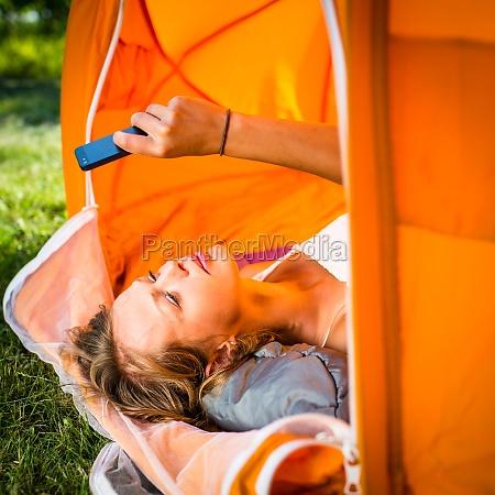 ziemlich camping junge frau im freien