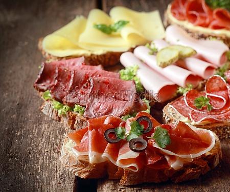 auswahl an leckeren offenen sandwiches