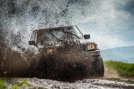 jeep im schlamm