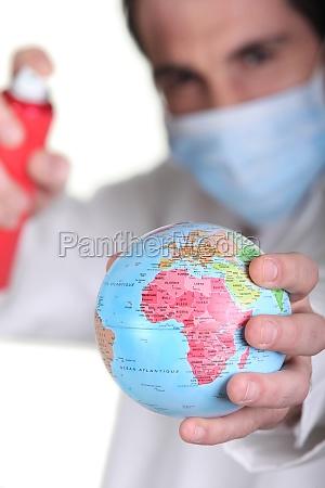 arzt mit miniatur globus