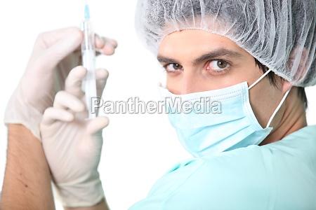 krankenschwester haelt injektion