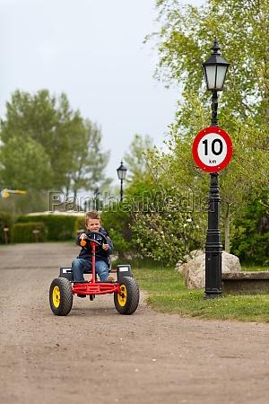 junge der pedal faehrt gehen wagen