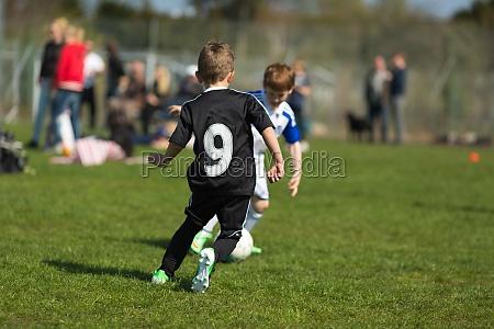 zwei jungen spielen fussball