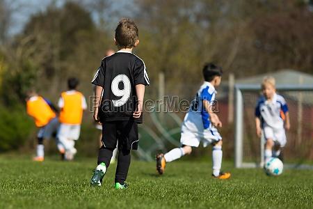 kinder ueben fussball