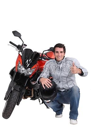 mann mit motorrad und helm