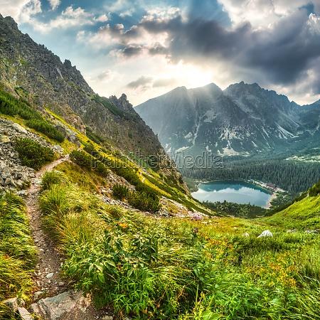 berglandschaft mit teich und berghuette