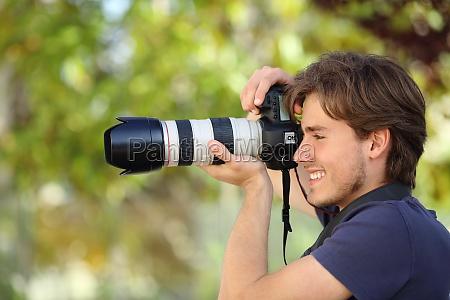 fotograf fotografiert im freien mit einer