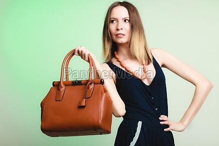elegantes outfit stilvolle frau mit braunen