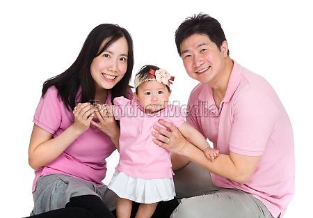 glueckliche familie mit baby tochter