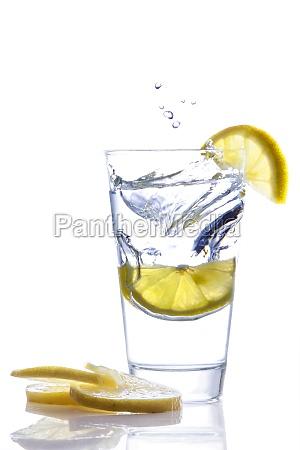 zitronenscheibe im mineralwasser