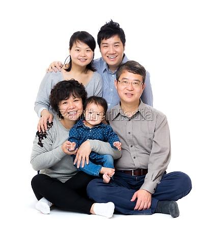 glueckliche asiatische drei generationen der familie