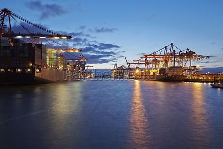 containerschiff am terminal im hafen am