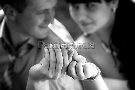 monocrome portraet von frisch verheirateten ehepaar