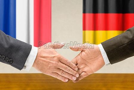 vertreter frankreichs und deutschlands reichen sich