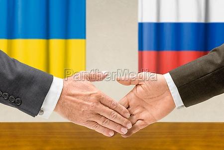 vertreter der ukraine und russlands reichen