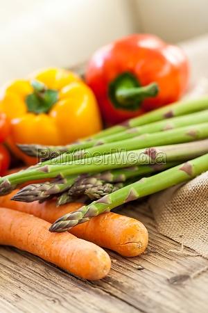 frisches gemuese mit tomaten paprika und
