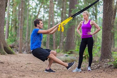 training mit fitnessgurten im freien