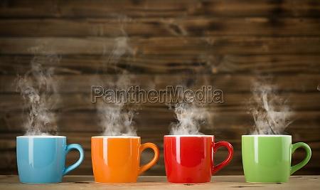 tassen mit dampfenden getraenk