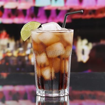 cola getraenk oder cuba libre cocktail