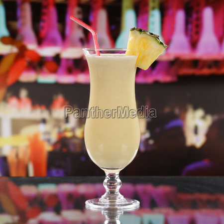 pina colada cocktail in einer bar