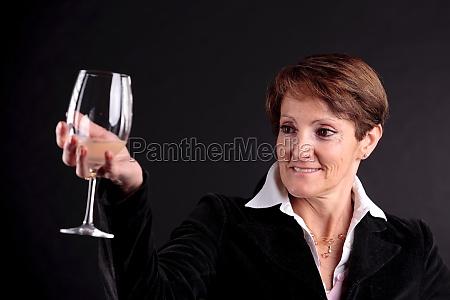 frau glas becher trinkgefaess kelch tasse