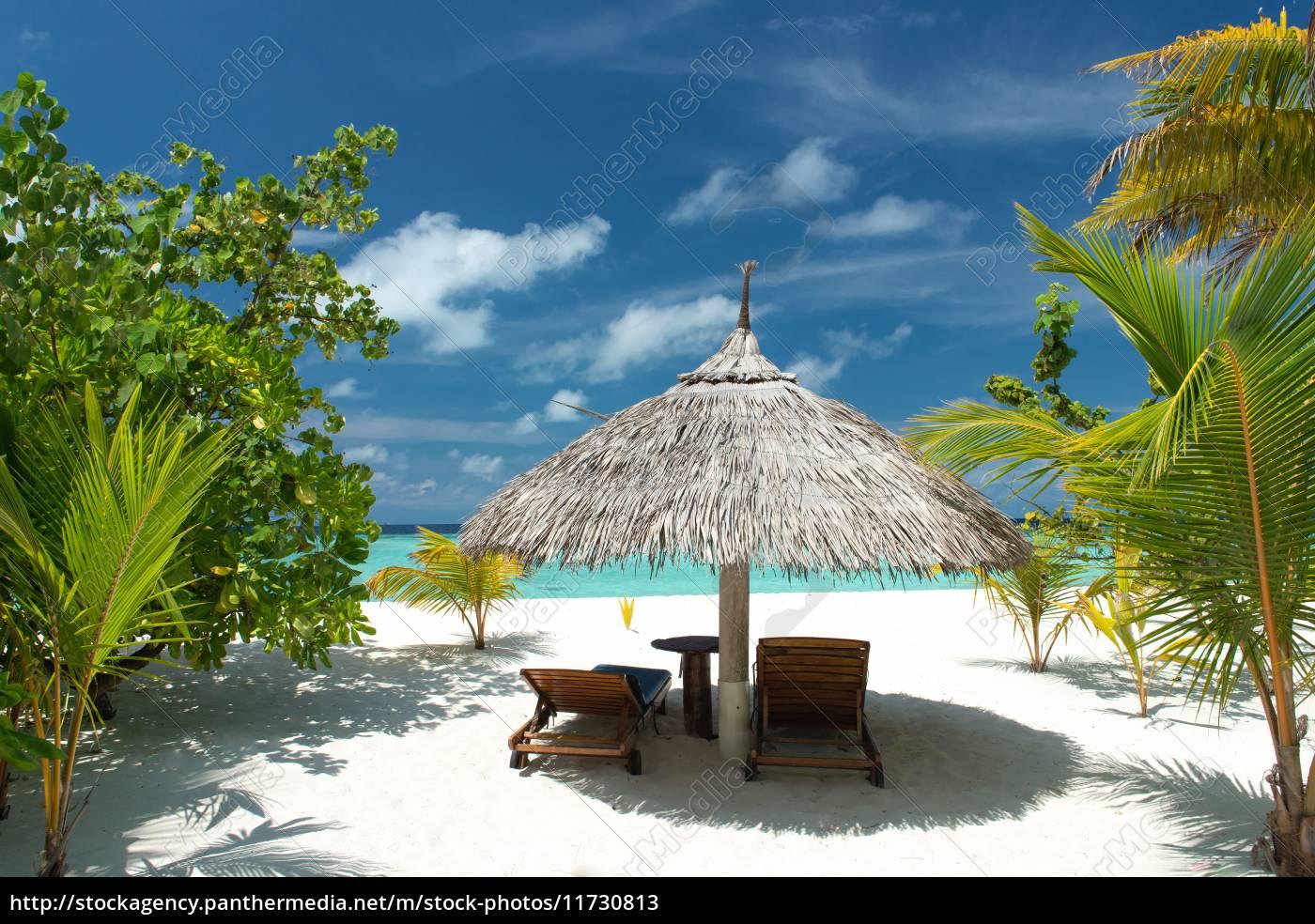 Liegestuhl mit sonnenschirm strand  Liegestuhl mit Sonnenschirm am Strand - Stockfoto - #11730813 ...