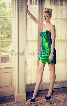attraktive frau in kurzem gruenen paillettenkleid