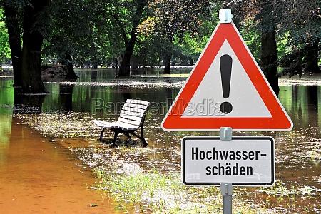ueberfluteter park beim hochwasser in magdeburg