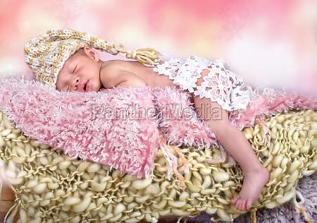 neugeborenes maedchen mit muetze