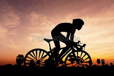 radfahren triathlon auf der daemmerung der