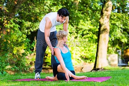 junge frau macht yoga im freien