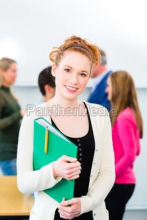 studentin an uni mit lerngruppe
