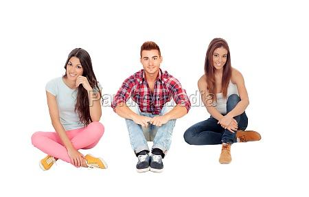 junge freunde sitzen auf dem boden