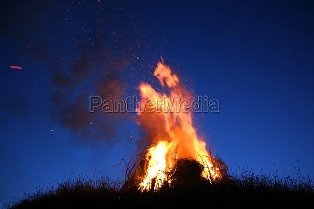 feuer flammen sonnenwende sonnwendfeier sonnwendfeuer
