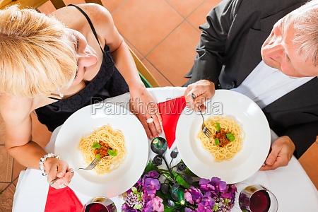 aeltere paare zu abend zu essen