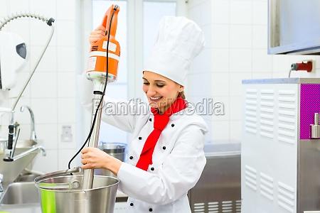 chef preparing eis mit kuechenmaschine