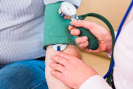 senioren kontrolle des blutdrucks zu hause