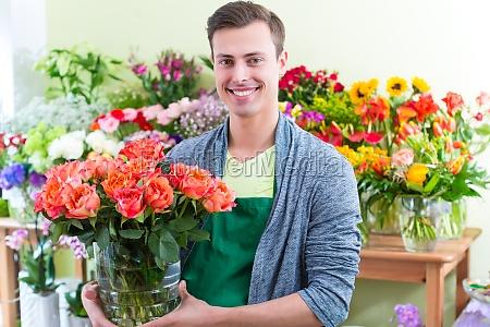 floristen der in blumenladen