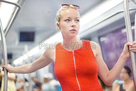 dame die mit der metro reist