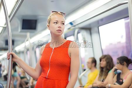lady reist mit der metro