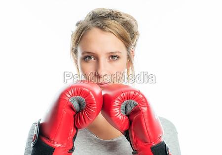 blondes maedchen mit boxhandschuhen