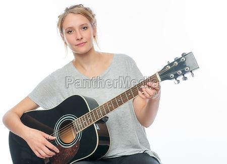 blondes maedchen mit einer gitarre