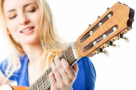 blondes maedchen mit gitarre